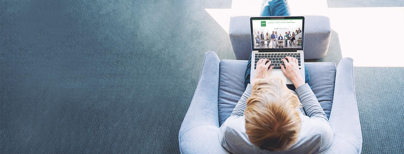 Ragazzo al computer mentre guarda il sito di Furbatto Immobili